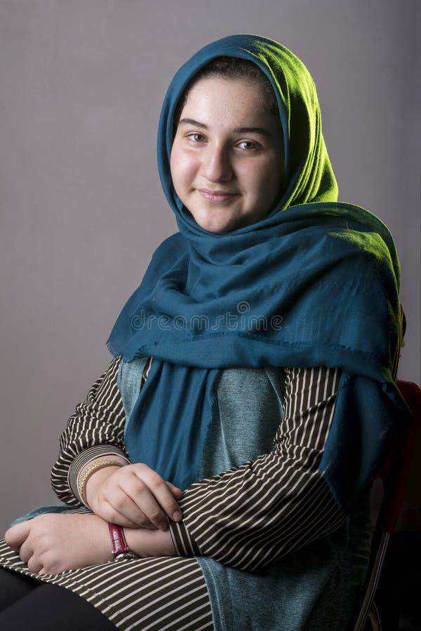 Portret nastoletnia piękna dziewczyna w pracownianym siedzeniu na krześle zdjęcia royalty free