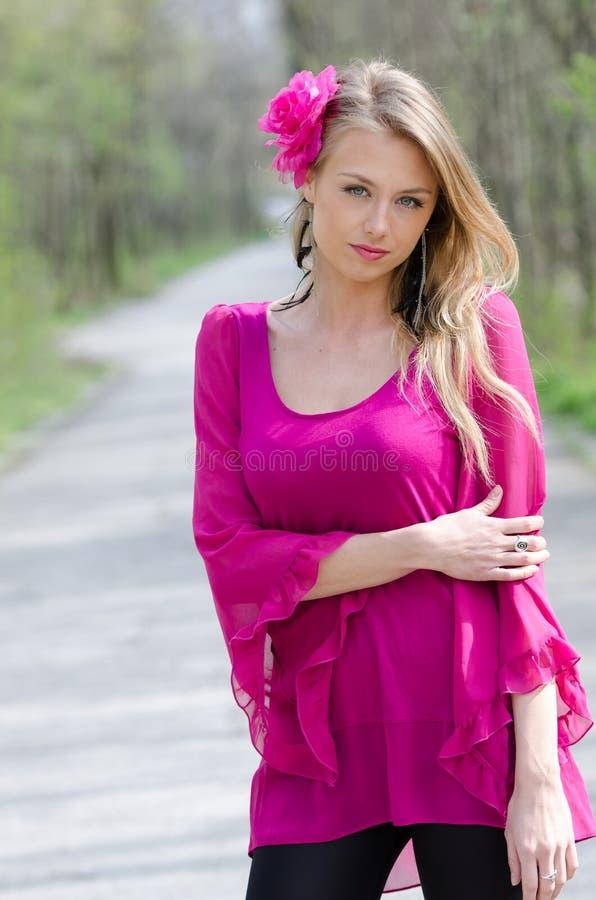Portret naturalnie piękna blond kobieta zdjęcia stock