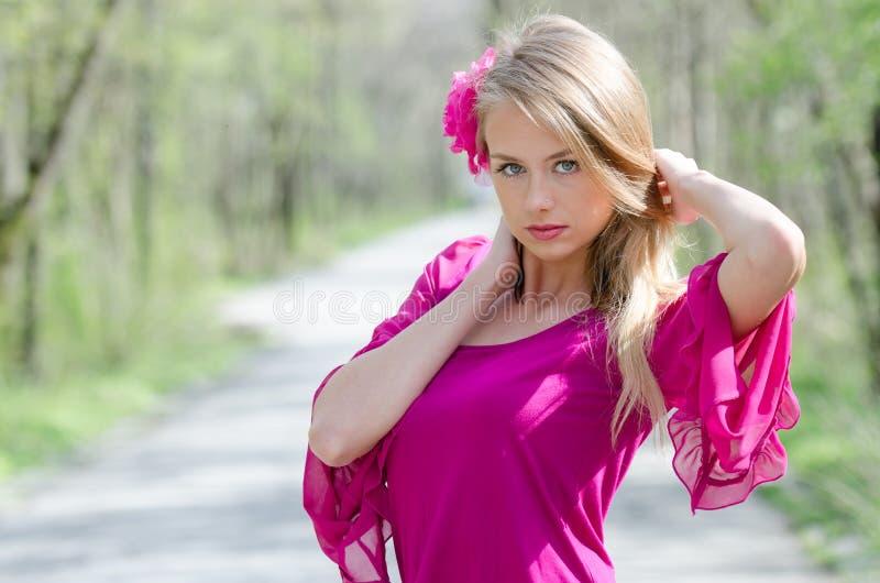 Portret naturalnie piękna blond kobieta zdjęcia royalty free