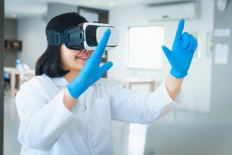 Portret naukowiec używa rzeczywistości wirtualnej technologię exa fotografia royalty free