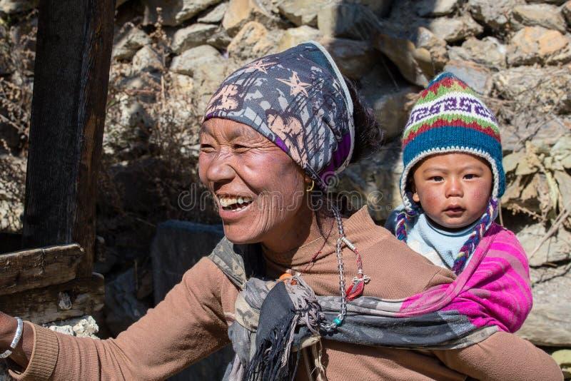 Portret Nepalees moeder en kind op de straat in Himalayan-dorp, Nepal stock foto's