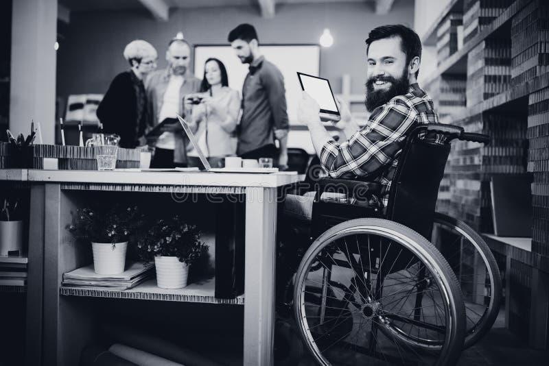 Portret niepełnosprawny biznesmen używa cyfrową pastylkę zdjęcie royalty free