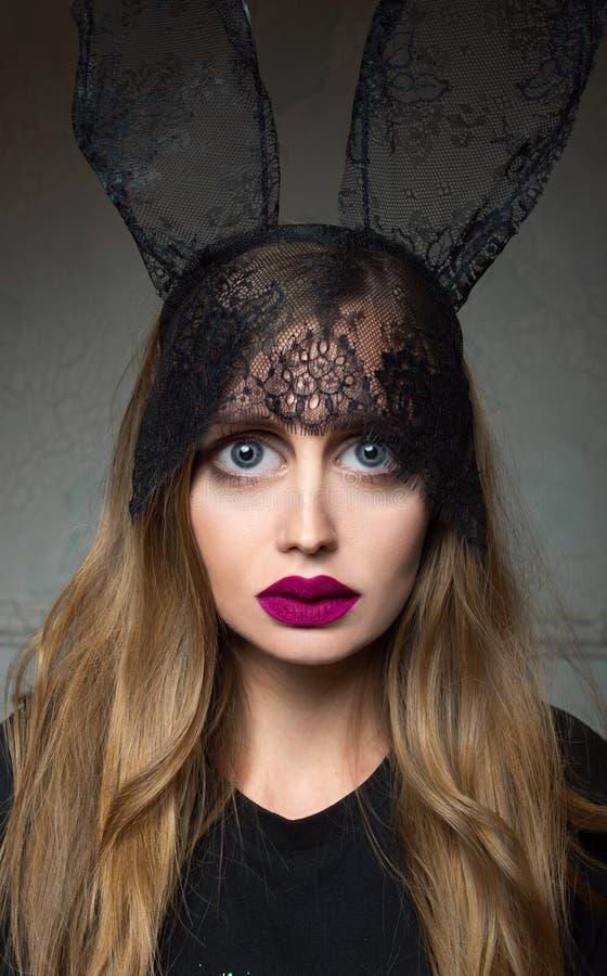 Portret nieproporcjonalna, nowo?ytna, elegancka, modna smutna kobieta po chirurgii plastycznej, obrazy royalty free