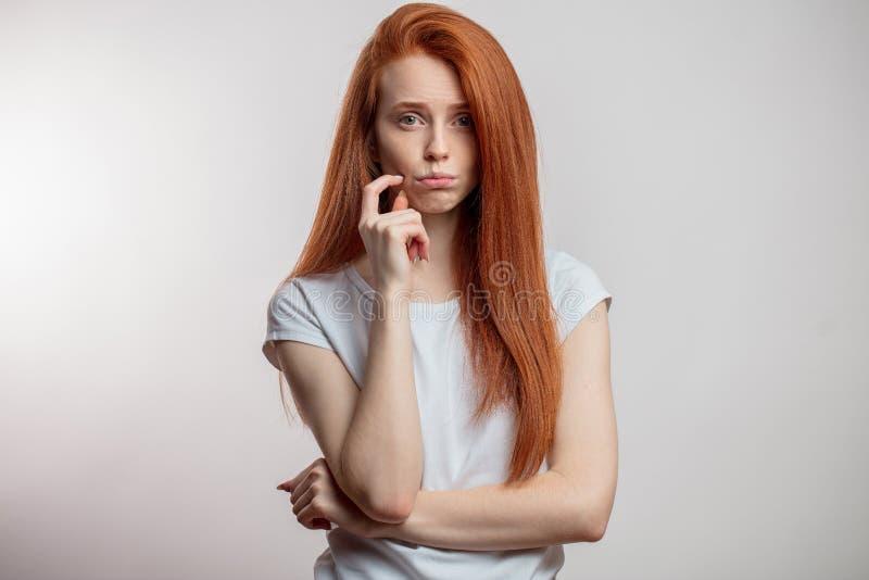 Portret nierada atrakcyjna redhaired kobieta odizolowywająca obraz stock