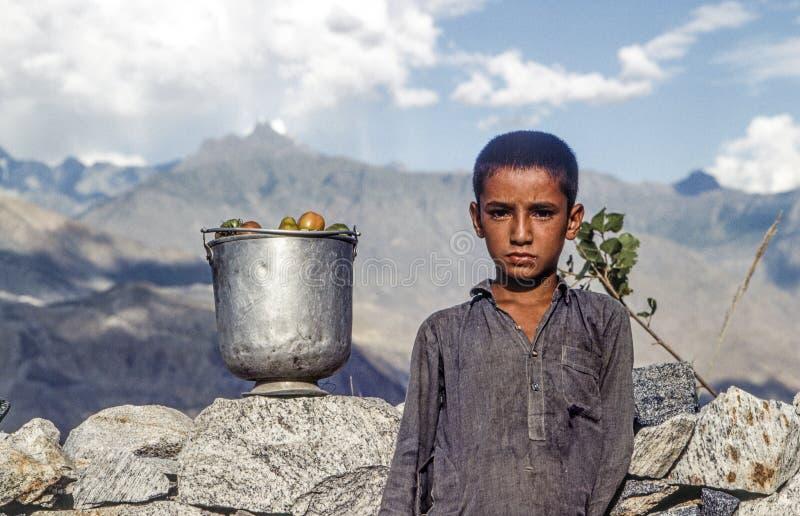 Portret niewiadoma biedna pracująca chłopiec zdjęcie royalty free