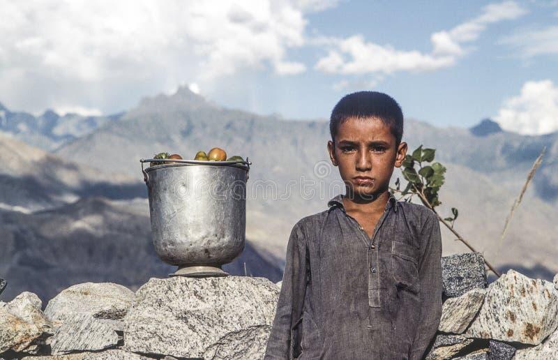 Portret niewiadoma biedna pracująca chłopiec zdjęcie stock