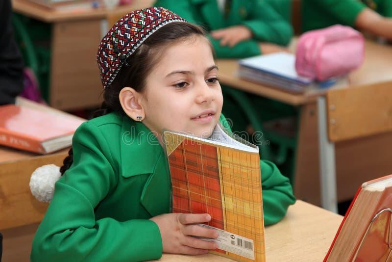 Portret niewiadoma uczennica w sala lekcyjnej zdjęcie royalty free
