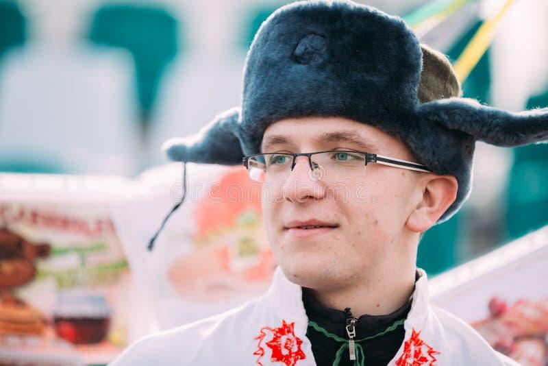 Portret niewiadomy szczęśliwy młody człowiek w śmiesznym krajowym rosjaninie fo obraz royalty free
