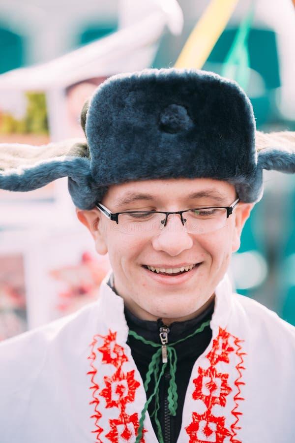 Portret niewiadomy szczęśliwy młody człowiek w śmiesznym krajowym rosyjskim ludzie odziewa obraz stock