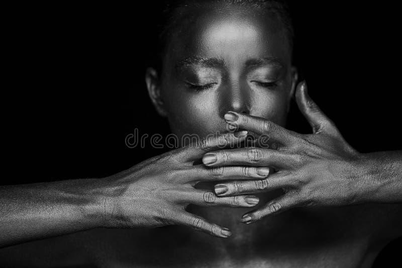 Portret nieziemskie genialne dziewczyny, ręki blisko twarzy Bardzo kobiecy i delikatny Oczy zamykają ramowy gradient wręcza nie obrazy royalty free