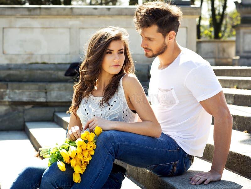 Portret niezwykła para z żółty tulipanów siedzieć, restin i obrazy stock