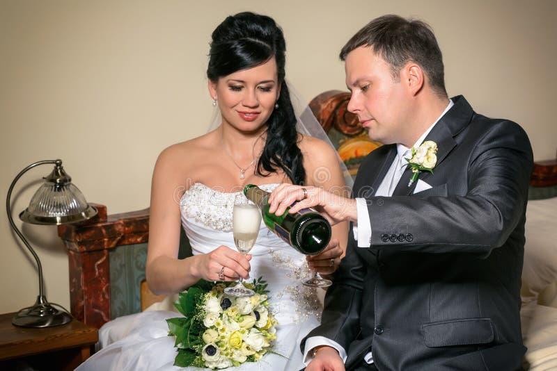 Grzanka nowożeńcy przy ślubem fotografia royalty free