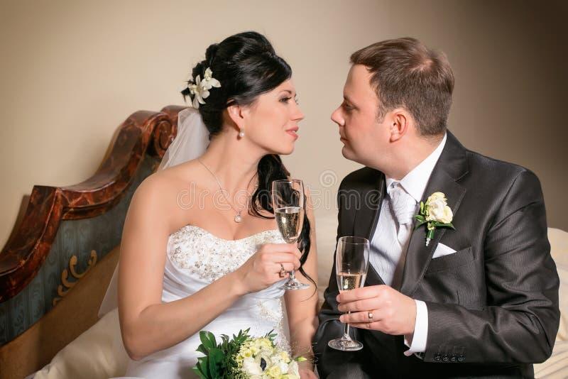 Grzanka nowożeńcy przy ślubem obrazy royalty free