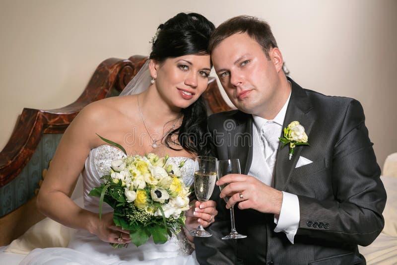 Grzanka nowożeńcy przy ślubem obraz stock