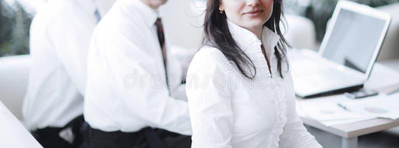 Portret nowożytna biznesowa kobieta na tle jej miejsce pracy zdjęcie royalty free