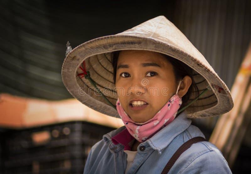 Portret o een jong Vietnamees meisje die traditionele kegelhoed dragen royalty-vrije stock foto