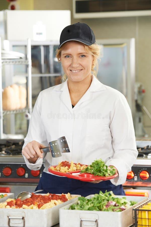 Portret Obiadowy damy porci posiłek W Szkolnym bufecie zdjęcie stock