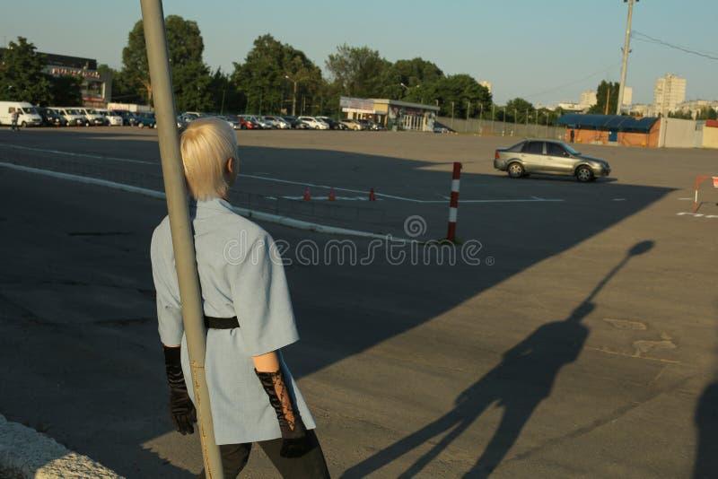 Portret od plecy, kobieta w parking terenie zdjęcie stock