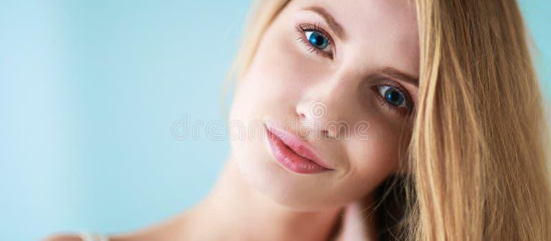 Portret odizolowywający na szarym tle piękna kobieta fotografia stock