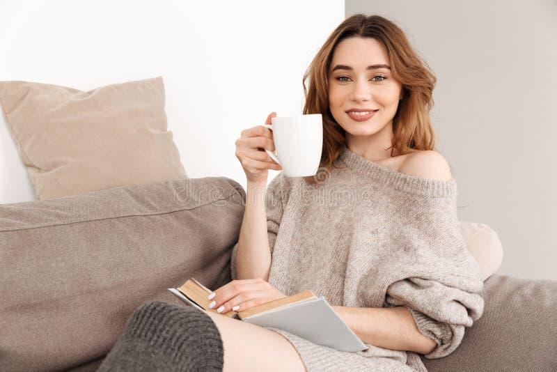 Portret odpoczywa w domu w żywym pokoju uśmiechnięta kobieta, sittin obraz royalty free