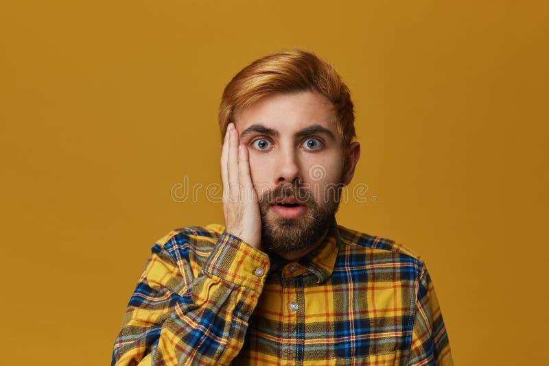 Portret odurzona brodata samiec z farbującym blond złocistym włosianym utrzymania usta szeroko otwierającym, zastanawia się o coś obraz royalty free