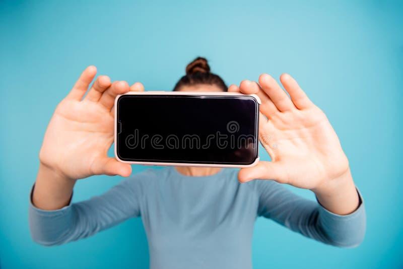Portret ona ona nastoletniej dziewczyny mienie w ręki komórce bierze wystawiać odosobnionego nadmiernego jaskrawego żywego po zdjęcia stock