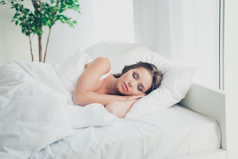 Portret ona ona przyglądająca atrakcyjna urocza czaruje śliczna marzycielska z włosami dama ma spoczynkowego czas w lekkim bielu fotografia royalty free