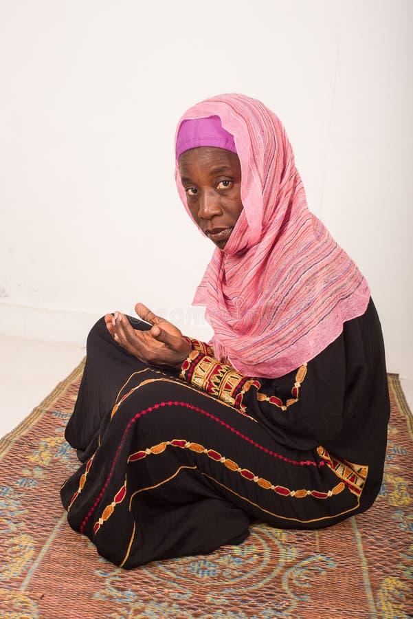 Portret ono modli się muzułmańska kobieta, indoors obraz royalty free