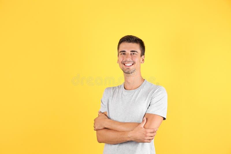 Portret ono uśmiecha się na koloru tle przystojny młody człowiek obraz royalty free