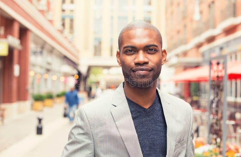 Portret ono uśmiecha się odizolowywający na outside młody człowiek fotografia stock