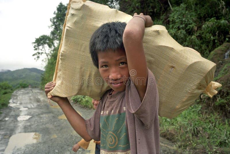 Portret ono uśmiecha się, pracujący, Filipińska chłopiec obraz stock