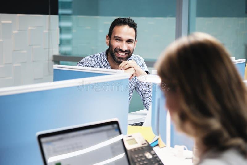 Portret ono Uśmiecha się Przy kamerą W Coworking biurze Szczęśliwy biznesmen zdjęcia royalty free