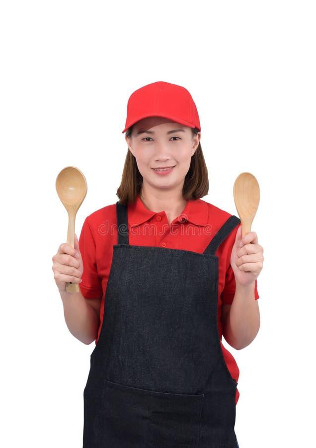 Portret ono uśmiecha się w czerwień mundurze z fartuch ręką trzyma Drewnianą kopyść odizolowywająca na białym backround młoda gos obrazy royalty free