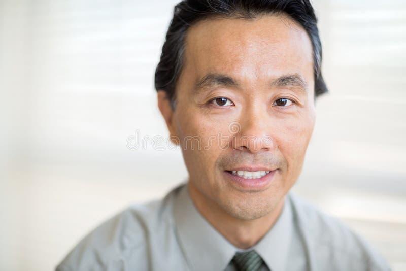Portret ono Uśmiecha się W szpitalu nowotworu specjalista zdjęcie stock