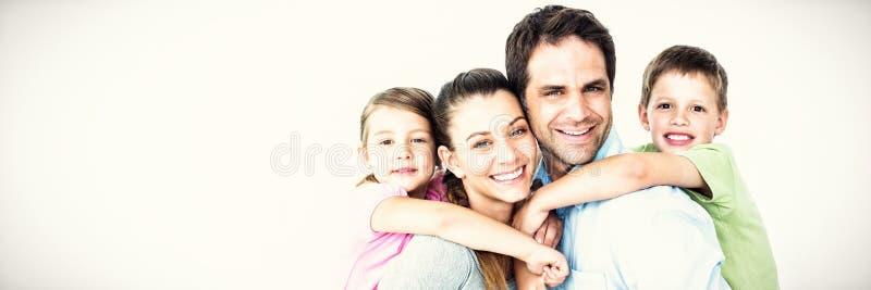 Portret ono uśmiecha się wychowywa dawać piggyback dzieci zdjęcia royalty free