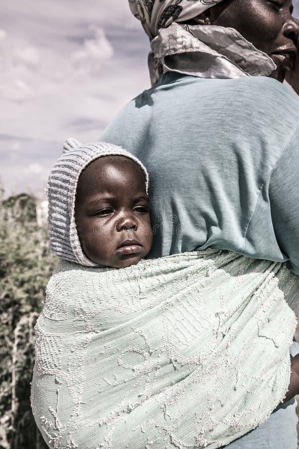 Portret op een baby door haar moeder, Botswana wordt vervoerd dat royalty-vrije stock afbeelding