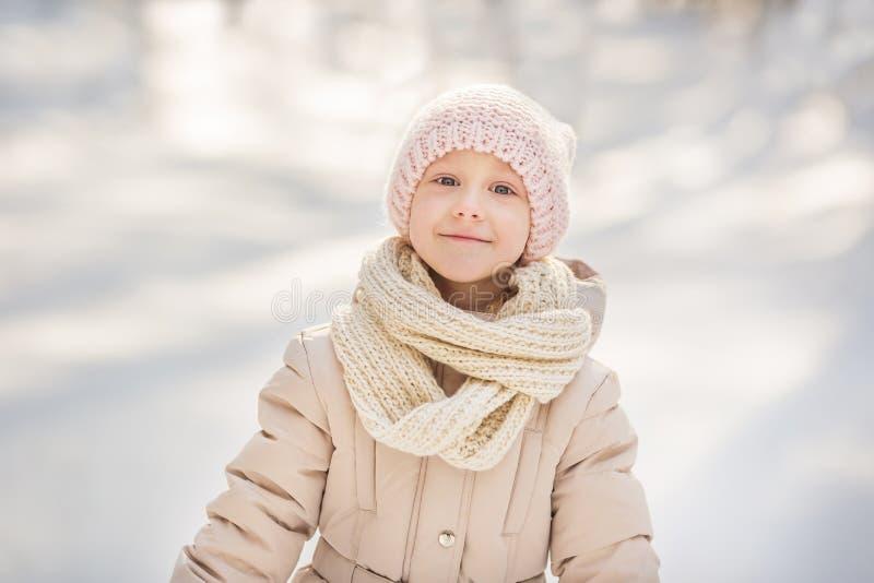 Portret op een klein meisje in beige warme kleren in de winter stock afbeelding