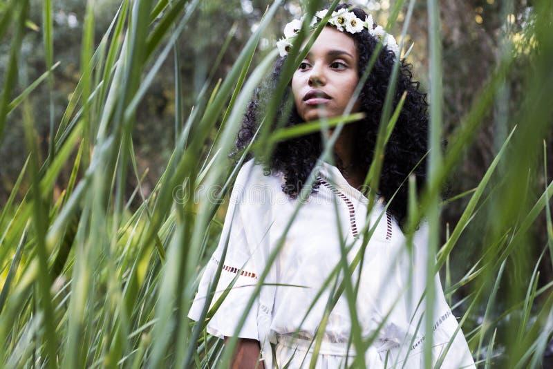 Portret in openlucht van een jonge afro Amerikaanse vrouw Groene backgrou royalty-vrije stock afbeeldingen