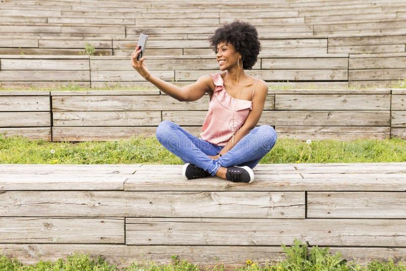 Portret in openlucht van een mooie jonge afro Amerikaanse vrouw bij su royalty-vrije stock fotografie