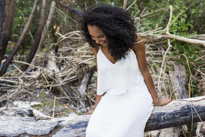Portret in openlucht van een mooie jonge smili van de afro Amerikaanse vrouw royalty-vrije stock fotografie