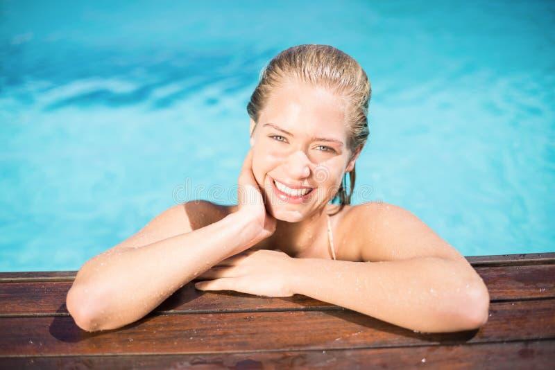 Portret opiera na poolside piękna kobieta zdjęcie royalty free