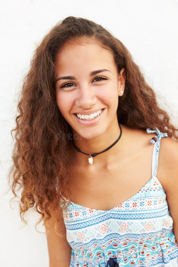 Portret Opiera Przeciw ścianie nastoletnia dziewczyna zdjęcia stock
