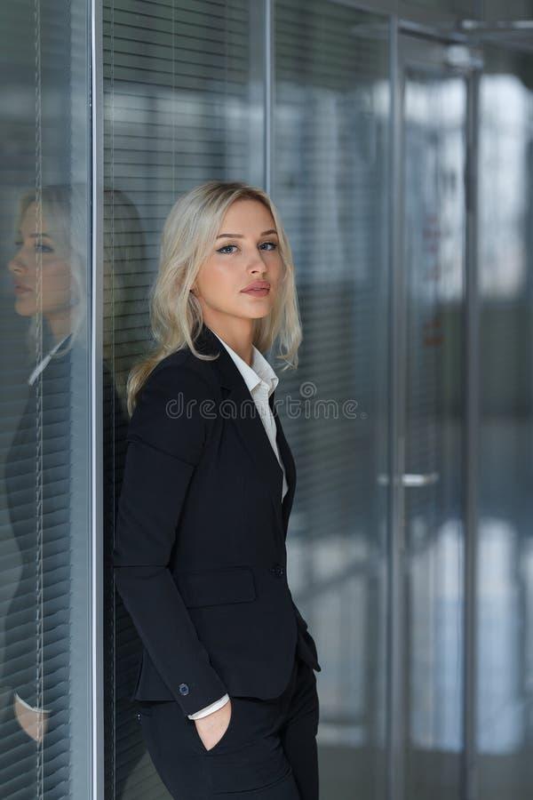 Portret opiera przeciw ścianie w biurze piękny bizneswoman zdjęcie royalty free