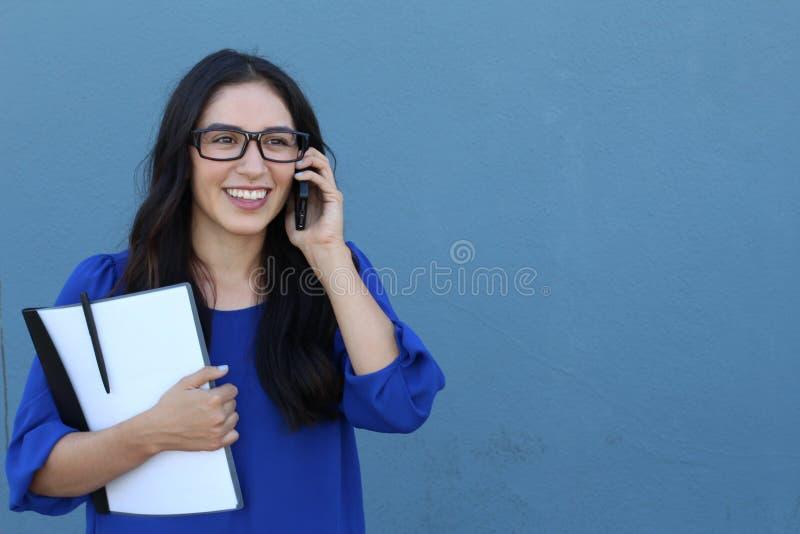 Portret opowiada na smartphone outdoors rozochocona młoda kobieta Szczęśliwa piękna Latynoska kobieta używa telefon komórkowego,  fotografia stock