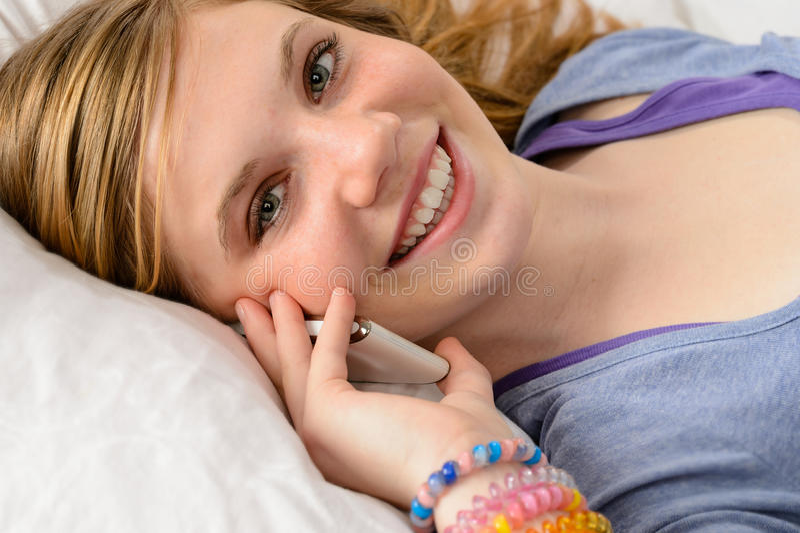 Portret opowiada na telefonie nastolatek dziewczyna fotografia stock