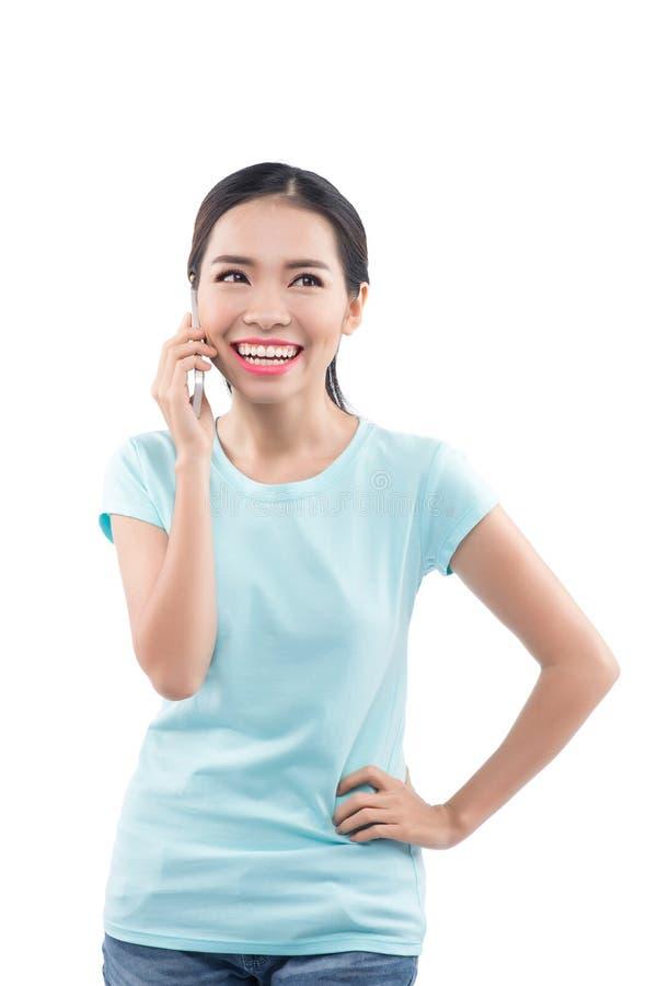 Portret opowiada na telefonie uśmiechnięta młoda dziewczyna zdjęcia royalty free