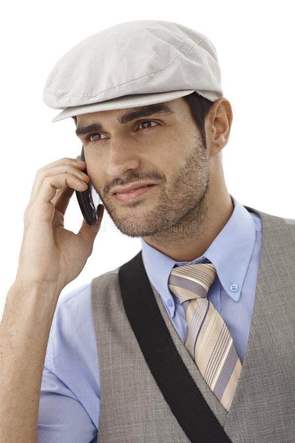 Portret opowiada na wiszącej ozdobie uśmiechnięty mężczyzna zdjęcie stock