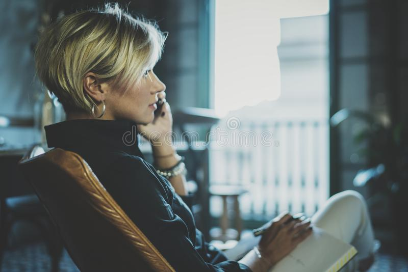 Portret opowiada z partnerem na smartphone przyrządzie uśmiechnięty bizneswoman podczas gdy pracujący daleko w biznesowej podróży obraz stock