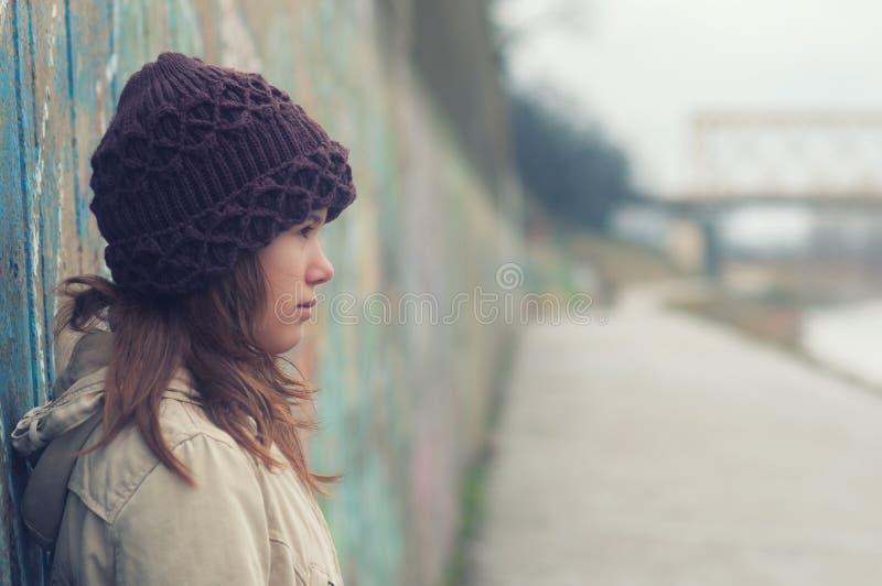 Portret osamotniona nastoletnia dziewczyna na markotnym zima dniu obraz royalty free