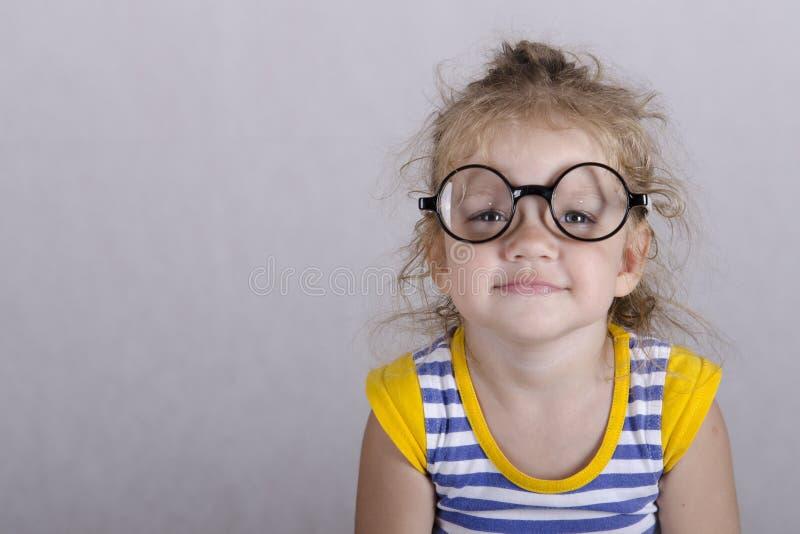 Portret-oud meisje in grappige glazen stock afbeeldingen